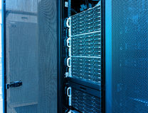 Rader av servermaskinvara i datorhallen royaltyfria foton