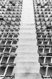 Rader av stadionplatser och stadiontrappa Arkivfoton