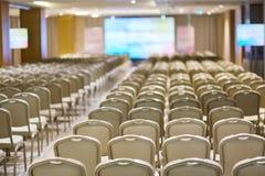 Rader av stolar i ett konferensrum royaltyfri foto