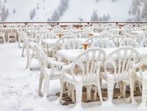 Rader av stolar i tom utomhus- restaurang Fotografering för Bildbyråer