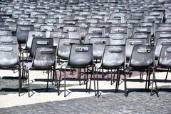 Rader av stolar p? Sts Peter fyrkant i Rome royaltyfri foto