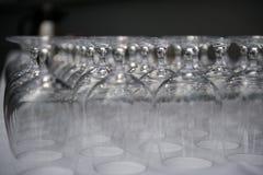 Rader av tomma exponeringsglas i restaurang arkivbild