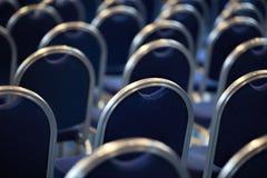 Rader av tomma metallstolar i en stor aula Töm stolar i konferenskorridor Inre mötesrum tillbaka sikt royaltyfria foton