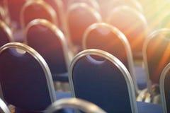 Rader av tomma metallstolar i en stor aula Töm stolar i konferenskorridor Inre mötesrum tillbaka sikt arkivfoton