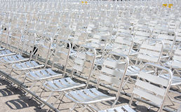 Rader av tomma metallstolplatser som installeras för någon affärshändelse eller kapacitet Royaltyfri Fotografi