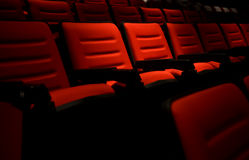 Rader av tomma röda platser för bio eller för teater Arkivfoto