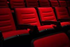 Rader av tomma röda platser för bio eller för teater Royaltyfri Bild