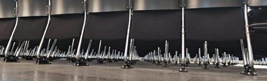 Rader av tomma svarta moderna stolar i ett rum Royaltyfria Bilder