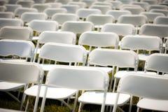 Rader av tomma vita stolar Arkivbild