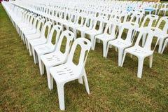 Rader av tomma vita stolar Royaltyfria Bilder