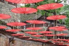 Rader av traditionella kinesiska röda paraplyer, Phoenix forntida stad arkivfoton