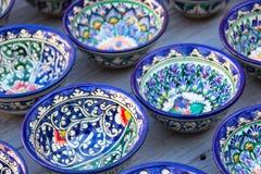 Rader av uzbekkoppar med den traditionella uzbekistan prydnaden, Bukhar Arkivfoton