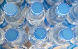 Rader av vattenflaskor Arkivbilder