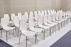 Rader av vita stolar i presentationsrum Arkivfoton