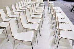 Rader av vita stolar i presentationsrum Arkivfoto