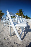 Rader av vita stolar på strand Royaltyfri Bild