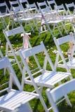 Rader av vita stolar som är ordnade för en bröllopceremoni Arkivbilder