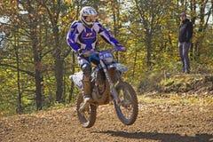 Rader en azul está saltando en la motocicleta Fotografía de archivo libre de regalías