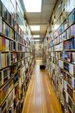 Rader och rader av böcker Arkivfoto