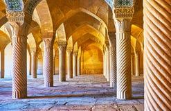 Raderna av kolonner i den Vakil moskén, Shiraz, Iran Royaltyfria Bilder