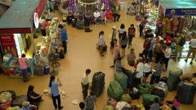 Raders, paradas y gente, Dong Xuan Market en el capital, Hanoi, Vietnam almacen de video