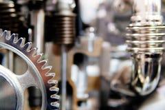Radertjes, Toestellen en Wielen binnen Vrachtwagenmotor stock afbeeldingen