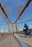 Radfahren auf Brooklyn-Brücke Lizenzfreies Stockfoto