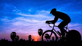 Radfahren auf Dämmerungszeit Stockfotos