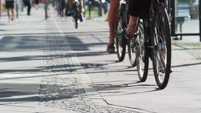 Radfahren auf den gekennzeichneten Fahrradweg in Berlin City stock video