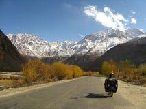 Radfahren auf die Pamir-Landstraße auf Tadschikistan lizenzfreie stockbilder