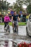 Radfahren auf eine überschwemmte Straße