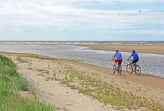 Radfahren auf einen schönen sandigen Strand lizenzfreies stockfoto