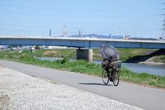Radfahren auf einen Weg Lizenzfreies Stockbild