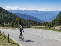 Radfahren auf Fahrrad im Hochgebirge Lizenzfreies Stockfoto