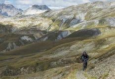 Radfahren auf mountainbikes im Hochgebirge Lizenzfreie Stockbilder