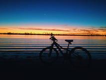 Radfahren in Dämmerung Lizenzfreie Stockfotografie