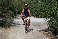 Radfahren in den Park Lizenzfreie Stockfotos