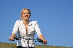 Radfahren der jungen Frau. Stockfotografie