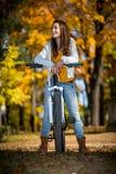 Radfahren der jungen Frau Stockfoto
