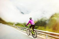 Radfahren der jungen Frau Lizenzfreies Stockfoto