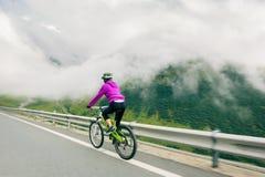Radfahren der jungen Frau Stockfotos