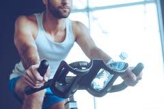 Radfahren an der Turnhalle lizenzfreie stockbilder