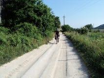 Radfahren des jungen Mannes Lizenzfreie Stockfotos