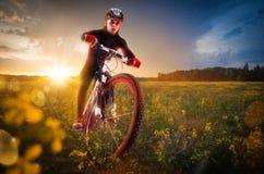 Radfahren in die schöne Wiese Stockfotos