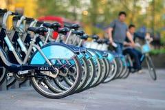 Radfahren in die Stadt - städtisches Fahrrad Lizenzfreies Stockbild
