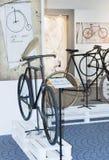 Radfahren durch alte Schleife der Geschichtenausstellung stockbilder