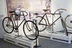 Radfahren durch alte Schleife der Geschichtenausstellung zwei Stockbild