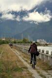 Radfahren durch das Flussufer im tiefen Tibet-Tal Lizenzfreie Stockfotografie