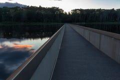 Radfahren durch das Wasser in Bokrijk stockbilder