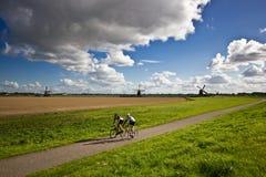 Radfahren durch die niederländische Landschaft Stockfotografie
